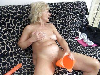 Смотреть порно зрелых со страпоном
